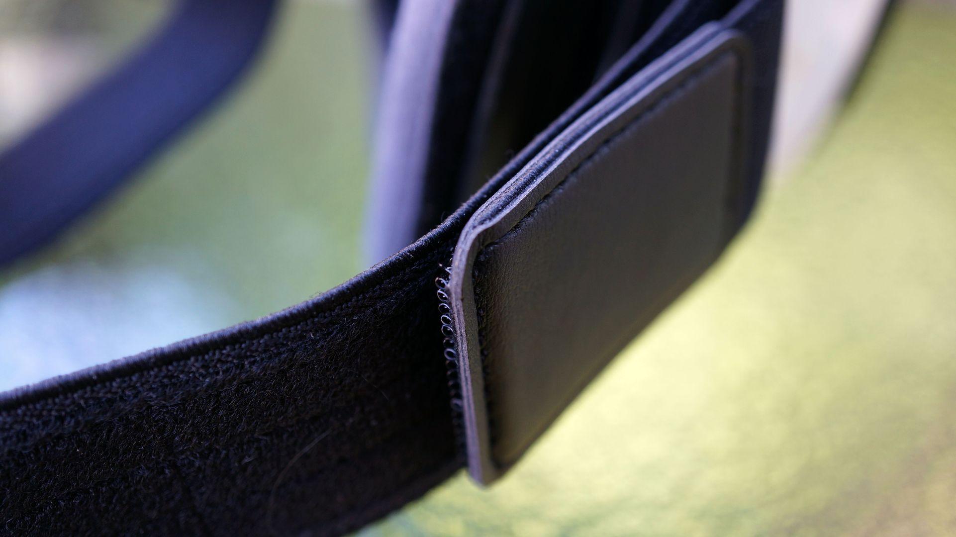 Samsung Gear VR: Dubbelvikt kardborreband och vassa kanter skaver obehagligt mot våra öron.