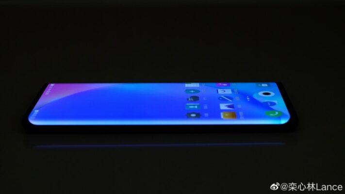 Foto på Vivo Nex 3 visar skärm med kraftigt sluttande sidor
